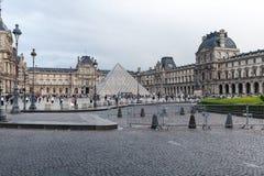 法国巴黎 2018年6月01日:有夏天日落的罗浮宫广场 老新生大厦由太阳和t启迪 免版税库存照片