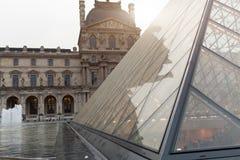 法国巴黎 2018年6月01日:有夏天日落的罗浮宫广场 老新生大厦由太阳和t启迪 库存图片