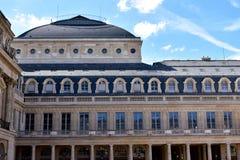 法国巴黎 接近天窗的皇家宫殿奥斯陆王宫 专栏、窗口、扶手栏杆和细节 免版税库存照片