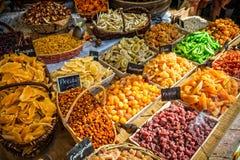 法国市场摊位用五颜六色的干果 免版税图库摄影