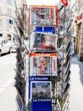 法国报纸报告移交仪式总统inaugu 免版税库存照片