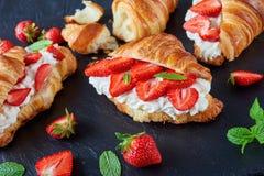 法国新月形面包三明治用成熟草莓 免版税库存照片