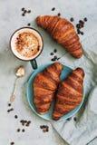 法国新月形面包卷用咖啡 开胃早餐用酥皮点心 在视图之上 免版税图库摄影
