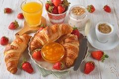 法国新月形面包早餐 库存照片
