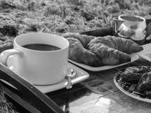 法国早餐新月形面包咖啡黑白背景 免版税库存照片