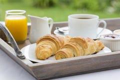 法国早餐用新月形面包、咖啡和橙汁 免版税库存照片