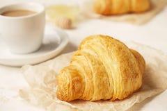法国早餐用新鲜的新月形面包、未加工的蜂蜜和热奶咖啡 顶视图 库存照片