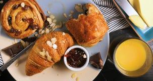 法国早餐用酥皮点心、橙汁和咖啡 免版税库存图片