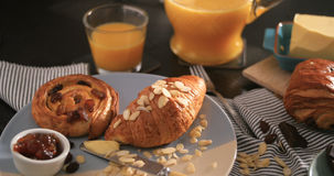 法国早餐用酥皮点心、橙汁和咖啡 库存照片