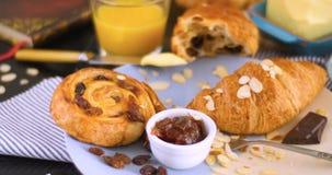 法国早餐用酥皮点心和橙汁 免版税图库摄影