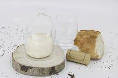 法国服务、招待会桌、法国烹调、面包、酒和乳酪 免版税图库摄影