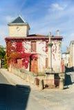 法国村庄-典型的房子和路教堂在Medoc,法国 免版税库存照片
