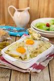法国样式土豆焦干酪用乳酪和鸡蛋 免版税库存照片