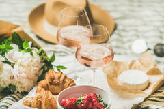 法国样式夏天野餐设置和室外会集的概念 库存照片