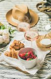 法国样式夏天野餐设置,室外会集的概念,垂直的构成 图库摄影
