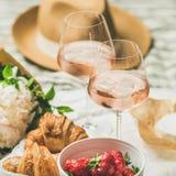 法国样式夏天野餐设置,室外会集的概念,方形的庄稼 免版税图库摄影