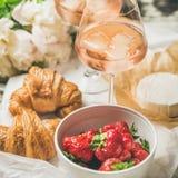 法国样式浪漫夏天野餐设置,方形的庄稼 图库摄影