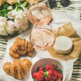 法国样式浪漫夏天野餐设置,方形的庄稼 库存照片