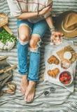 法国样式浪漫室外野餐设置用酒和食物 免版税库存照片