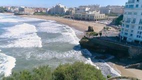 法国比亚利兹主要海滩海岸相反空中4k 股票录像