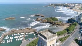 法国比亚利兹大教堂全景海岸海滩空中4k 股票录像