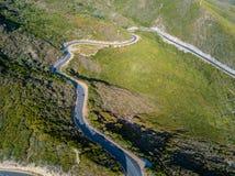 法国海岸盖帽Corse半岛,可西嘉岛的弯曲道路鸟瞰图  海岸线 法国 免版税图库摄影