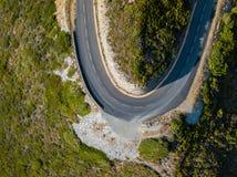 法国海岸盖帽Corse半岛,可西嘉岛的弯曲道路鸟瞰图  海岸线 法国 免版税库存照片