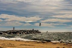法国海滨的圣徒raphael的,法国风筝冲浪者 免版税图库摄影