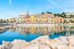 法国海滨的,棚d ` azur,法国美丽的五颜六色的镇芒通 库存照片