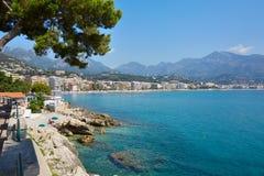 法国海滨的蓝色海和天空沿岸航行 免版税库存图片