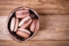 法国点心巧克力蛋白杏仁饼干和蛋白杏仁饼干与咖啡豆 温暖的口气 免版税库存照片