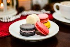 法国点心蛋白杏仁饼干和杯子热奶咖啡在桌上在咖啡馆 库存照片