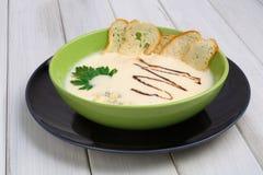 法国烹调餐馆食物 热的盘,乳脂状的蘑菇汤 库存图片
