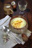 法国烹调:大蒜汤和葡萄酒杯 免版税库存照片
