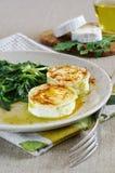 法国烹调:温暖的山羊乳干酪用草本 免版税库存照片