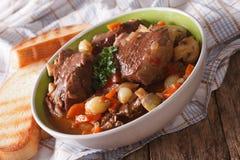 法国烹调:牛肉村镇关闭在碗 水平 免版税库存图片