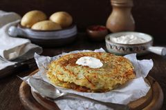 法国烹调 波姆darphin :从未加工的被磨碎的土豆的烤薄煎饼 免版税图库摄影