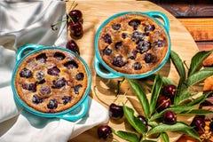 法国烹调 Clafoutis 自创的蛋糕 法国樱桃饼 在一个木背景 库存图片