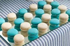 法国甜纤巧,在桌上的蛋白杏仁饼干 免版税库存图片