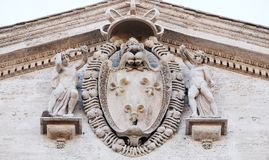 法国的外套胳膊圣路易斯法国人,罗马教会门面的  库存照片