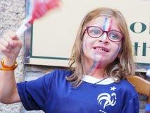 法国的法国足球迷小俏丽的女孩在电视前面,在世界杯足球赛期间俄罗斯2018年法国决赛  免版税图库摄影