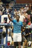 法国的职业网球球员Gael Monfis在他的美国公开赛2016年四分之一决赛比赛以后庆祝胜利 图库摄影