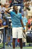 法国的职业网球球员Gael Monfis在他的美国公开赛2016年四分之一决赛比赛以后庆祝胜利 库存图片