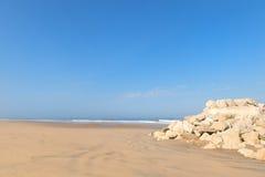 从法国的西海岸有海浪破碎机的 免版税库存照片