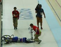 法国的骑自行车者Virginie Cueff碰撞在里约2016奥林匹克妇女` s keirin第一回合热2期间在里约奥林匹克室内自行车赛场 免版税库存照片
