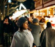法国端庄的妇女参观的圣诞节市场 库存图片