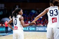 法国篮球运动员奥利维亚Epoupa和Diandra Tchatchouang 免版税库存图片