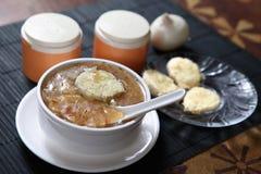 法国葱汤、葱和面包汤 图库摄影