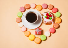 法国蛋白杏仁饼干、咖啡,礼物盒和蛋糕 免版税库存照片