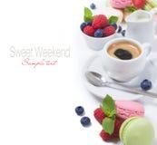 法国蛋白杏仁饼干和咖啡浓咖啡和新鲜的莓果 免版税库存照片